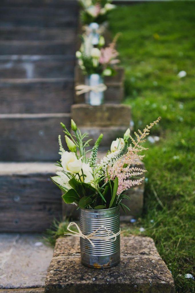 DIY Blumenvase aus einer Konservendose, mit sommerlichen Blumen für eine Garten...