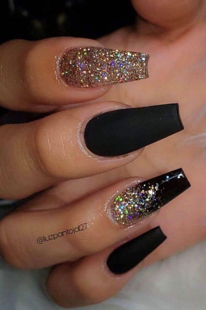 Erstaunliche schwarze Nägel mit goldglitzerndem Design in Sargform   - Coffin N...
